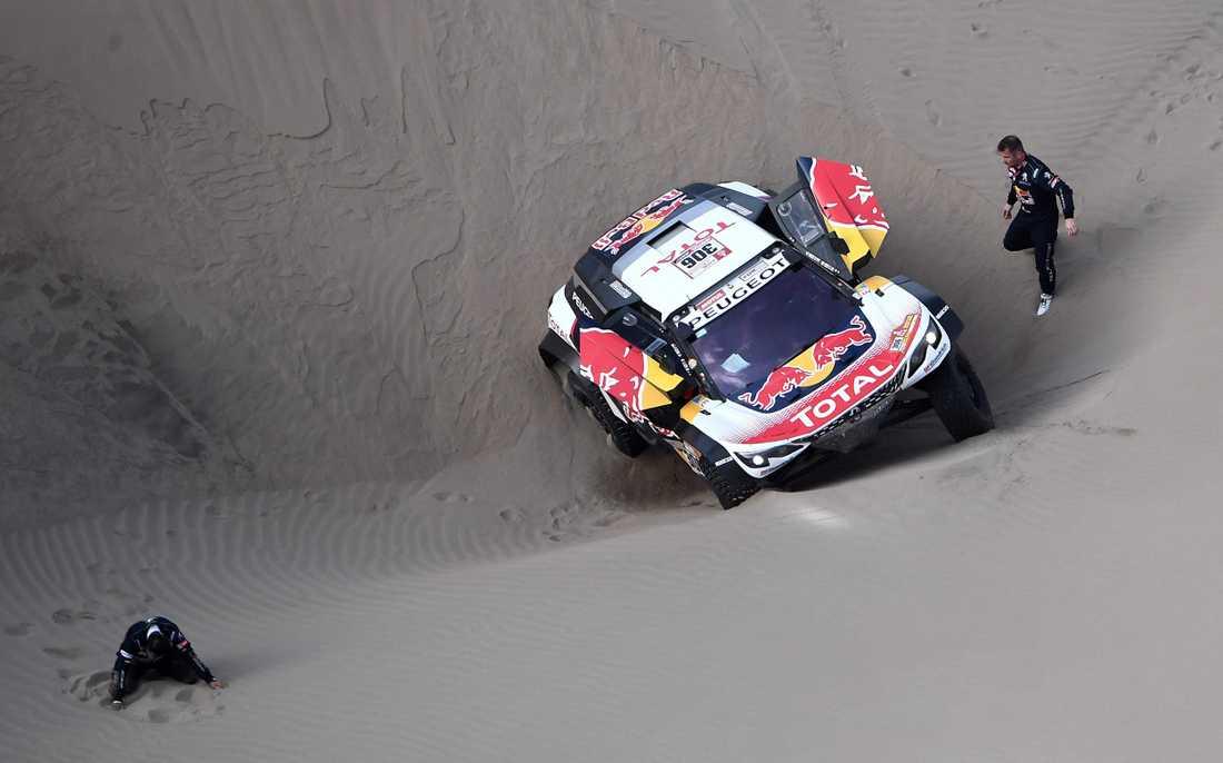 Sebastien Loeb fast  i sanden - har brutit Dakarrallyt