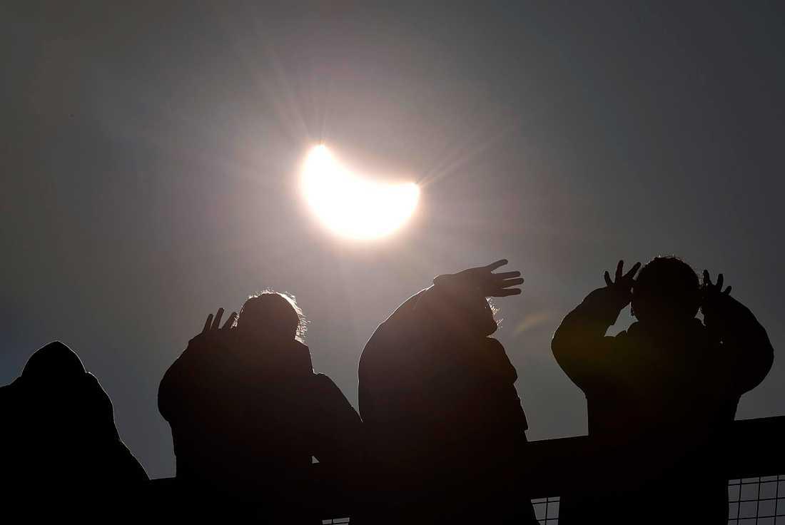 Solförmörkelsen nära St Austell i Cornwall, södra England