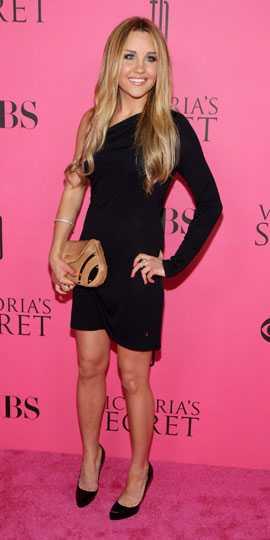Amanda Bynes körde även hon på helsvart och satsade på trenden med en axel bar.