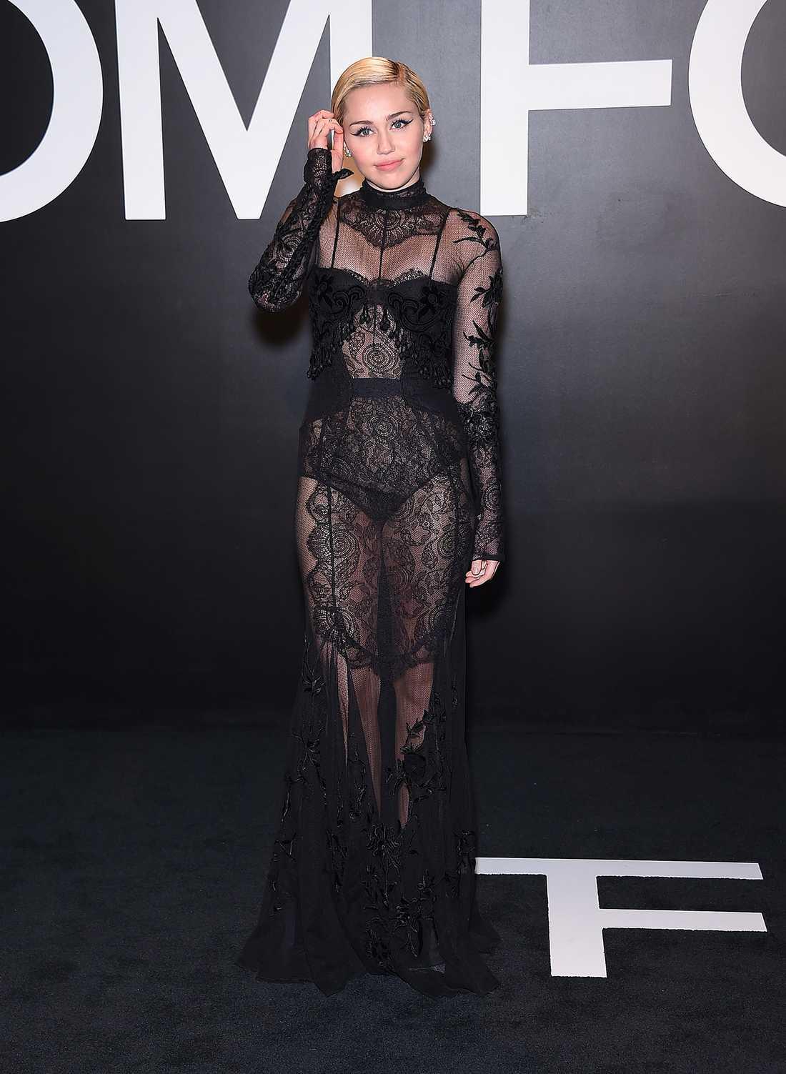 Miley Cyrus Miley valde långt, skirt och lite gotiskt till Tom Fords fest i New York.
