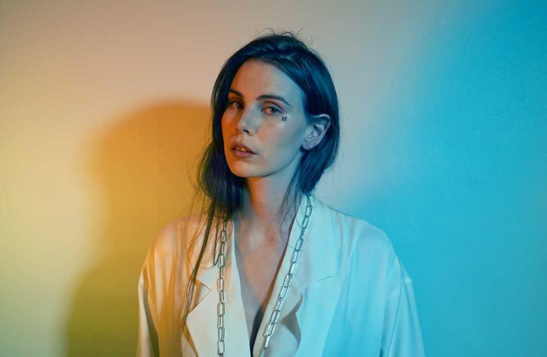 Skott, eller Pauline Skött som hon heter, gjorde ett av fjolårets finaste svenska debutalbum. I april skulle hon ha spelat i Stockholm men spelningen är nu inställd.