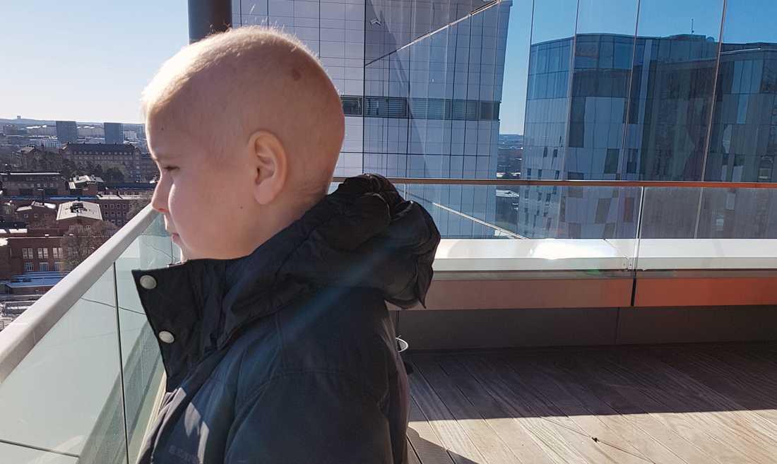 """En gång gjorde personalen ett undantag och Oskar fick komma ut på balkongen. """"Där kunde man ju få stå och drömma lite ... om att flyga ut i världen och så."""""""