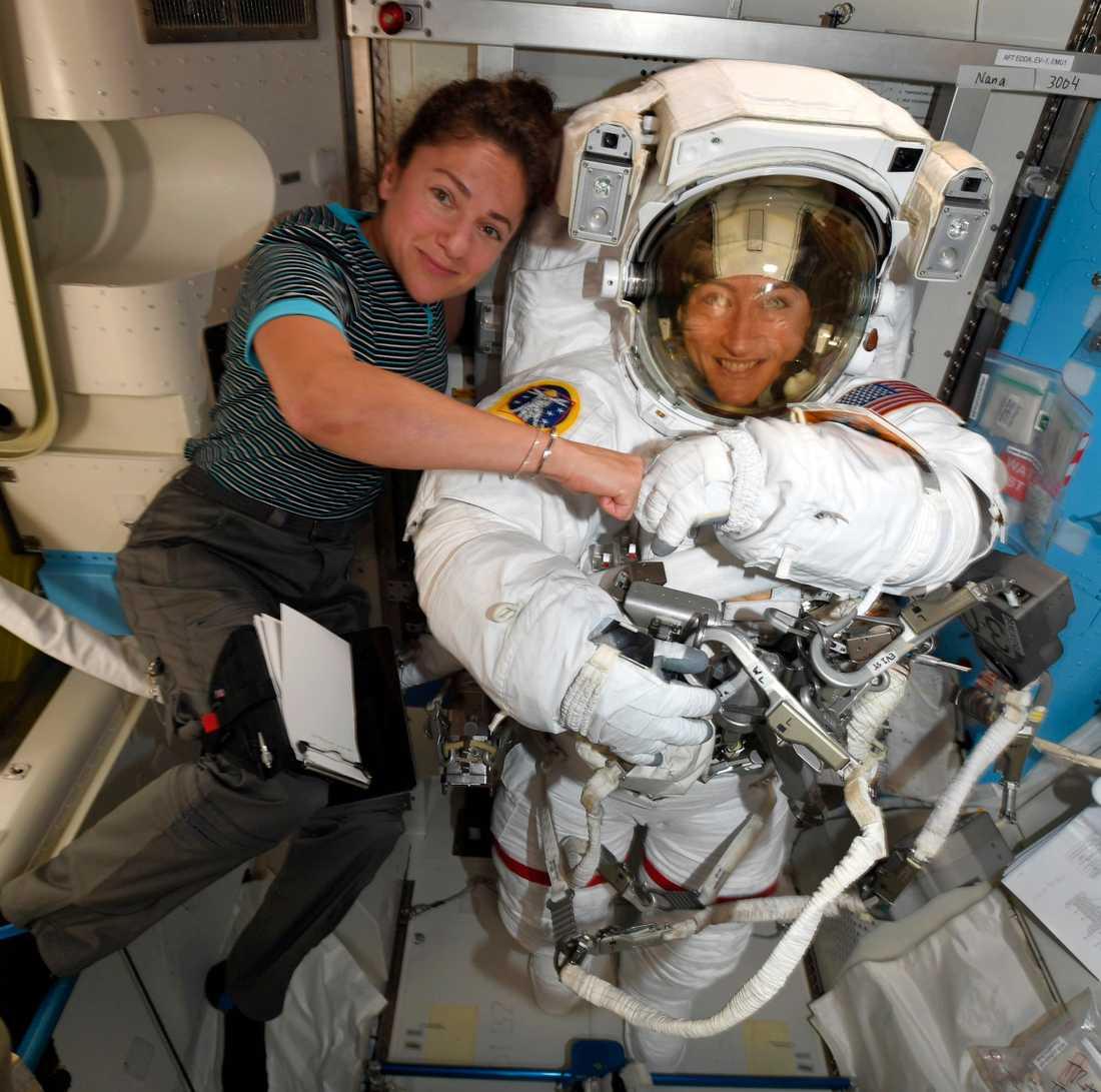 Christina Koch till höger och svenska Jessica Meir till vänster på den internationella rymdstationen ISS.