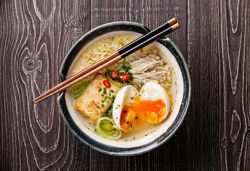 Piffade nudlar med ägg och tofu