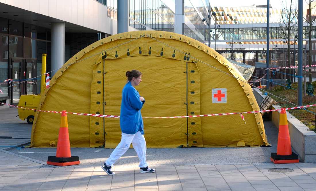 För att möta efterfrågan på vård har ett stort tält satts upp utanför entrén till Nya Karolinska i Solna.