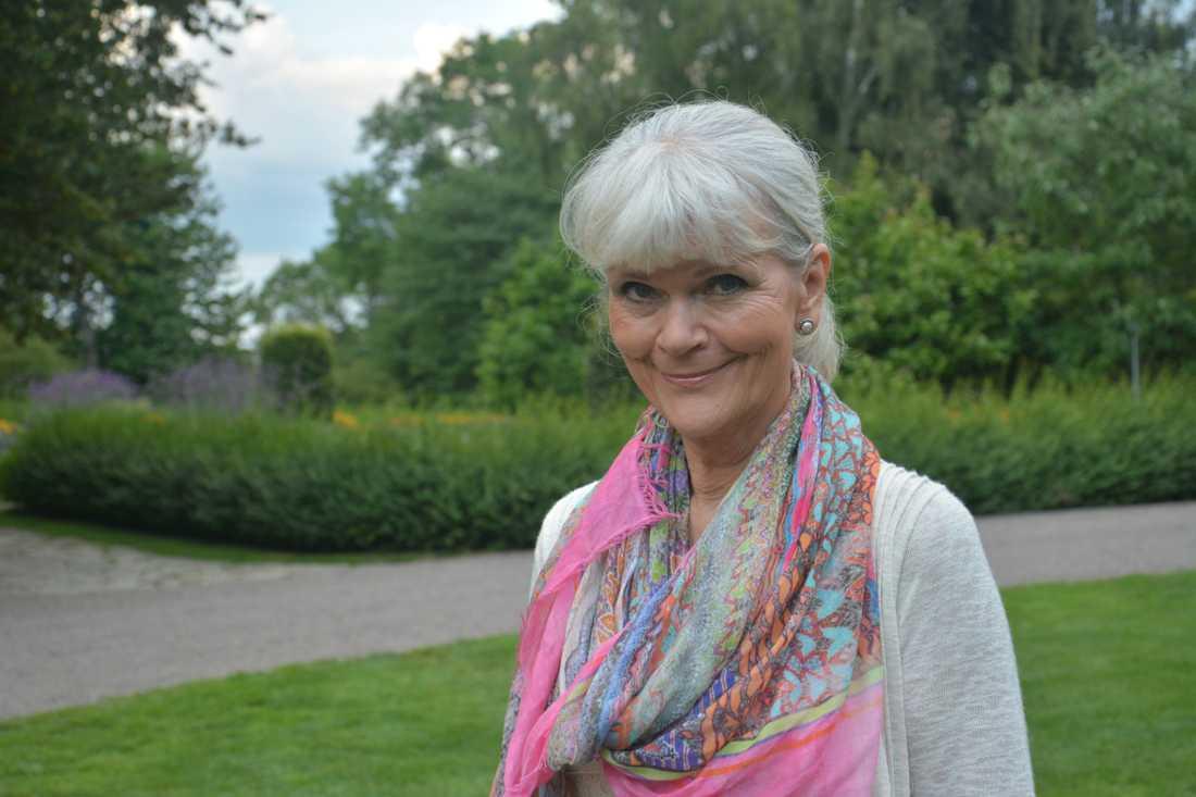 Monica Forsberg firar födelsedagen i Kosta med sina Hasse Anderssons bästa vänner.