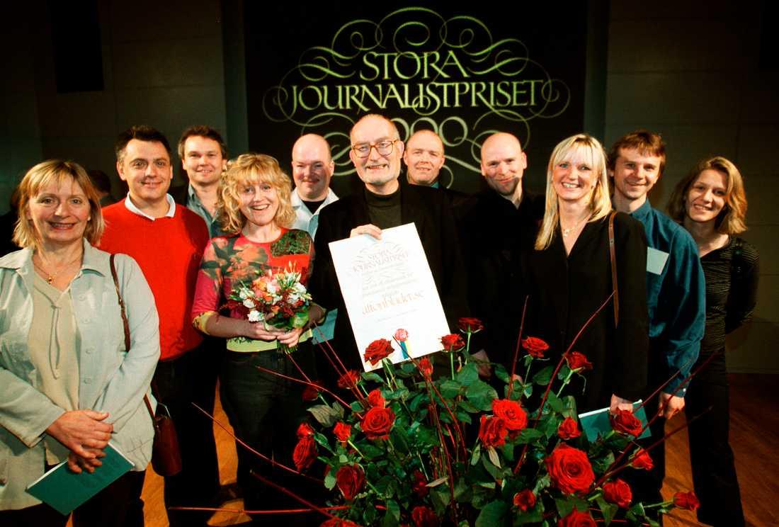 Prisat gäng  Aftonbladet.se:s chefredaktör Kalle Jungkvist och medarbetare mottar Stora Journalistpriset år 2000.
