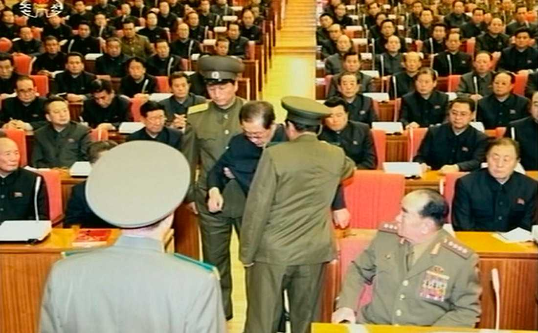 """Jang Song-Thaek Hör förs Kim Jong-Uns ingifta farbror bort, anklagad för att bland annat ha lett en """"kontrarevolutionär revolution""""."""