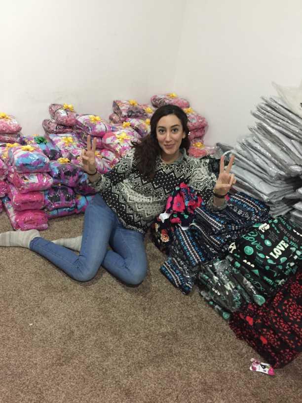 Delal med kläder som ska delas ut till föräldralösa barn och flickor som flytt från IS.