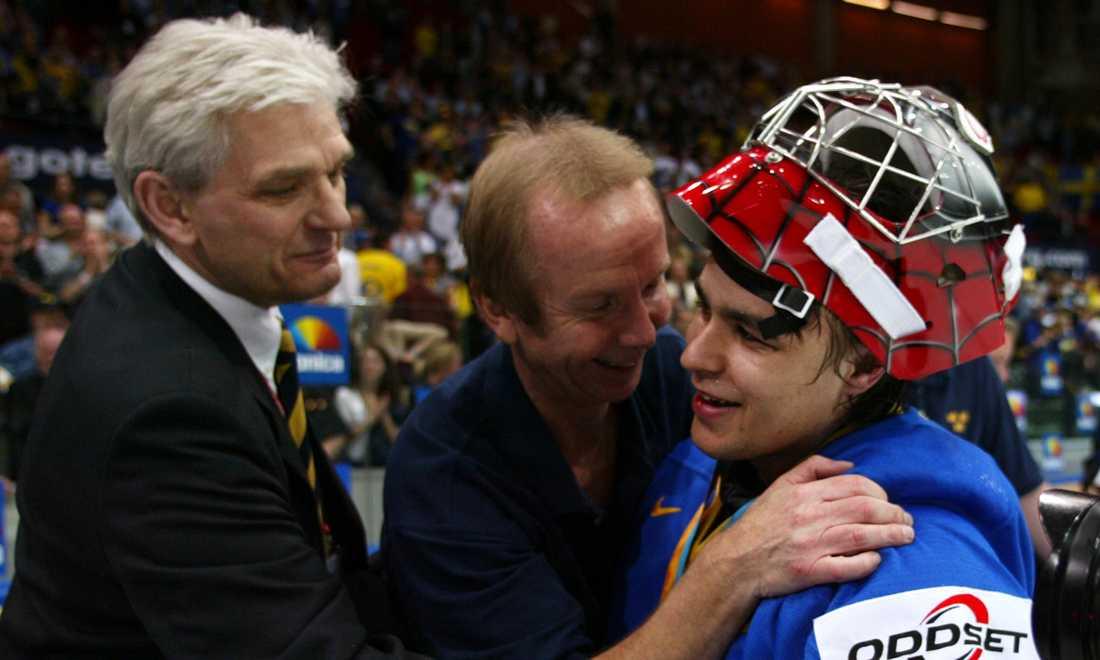 Stefan Liv gratuleras av bland andra förbundskaptenen Hardy Nilsson (t.v.) efter Sveriges VM-brons 2002. Matchen mot Finland slutade 5-3.