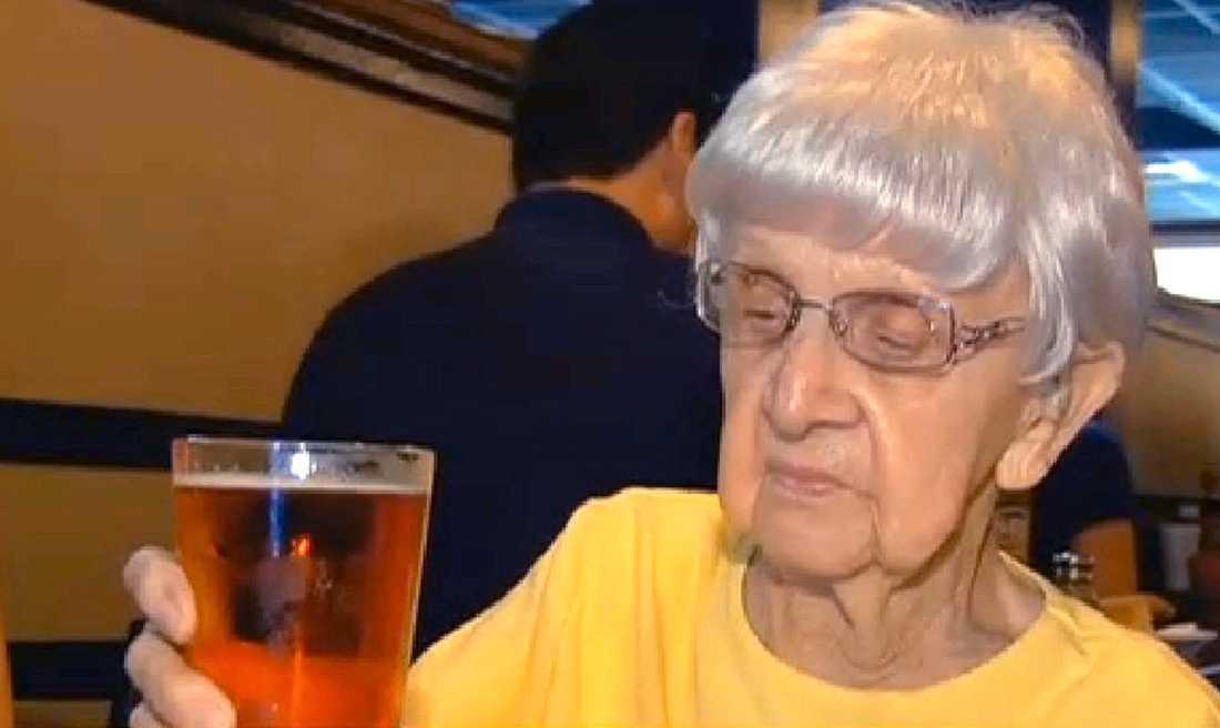 """Mildred """"Millie"""" Bowers är 102 år gammal och dricker en öl om dagen."""