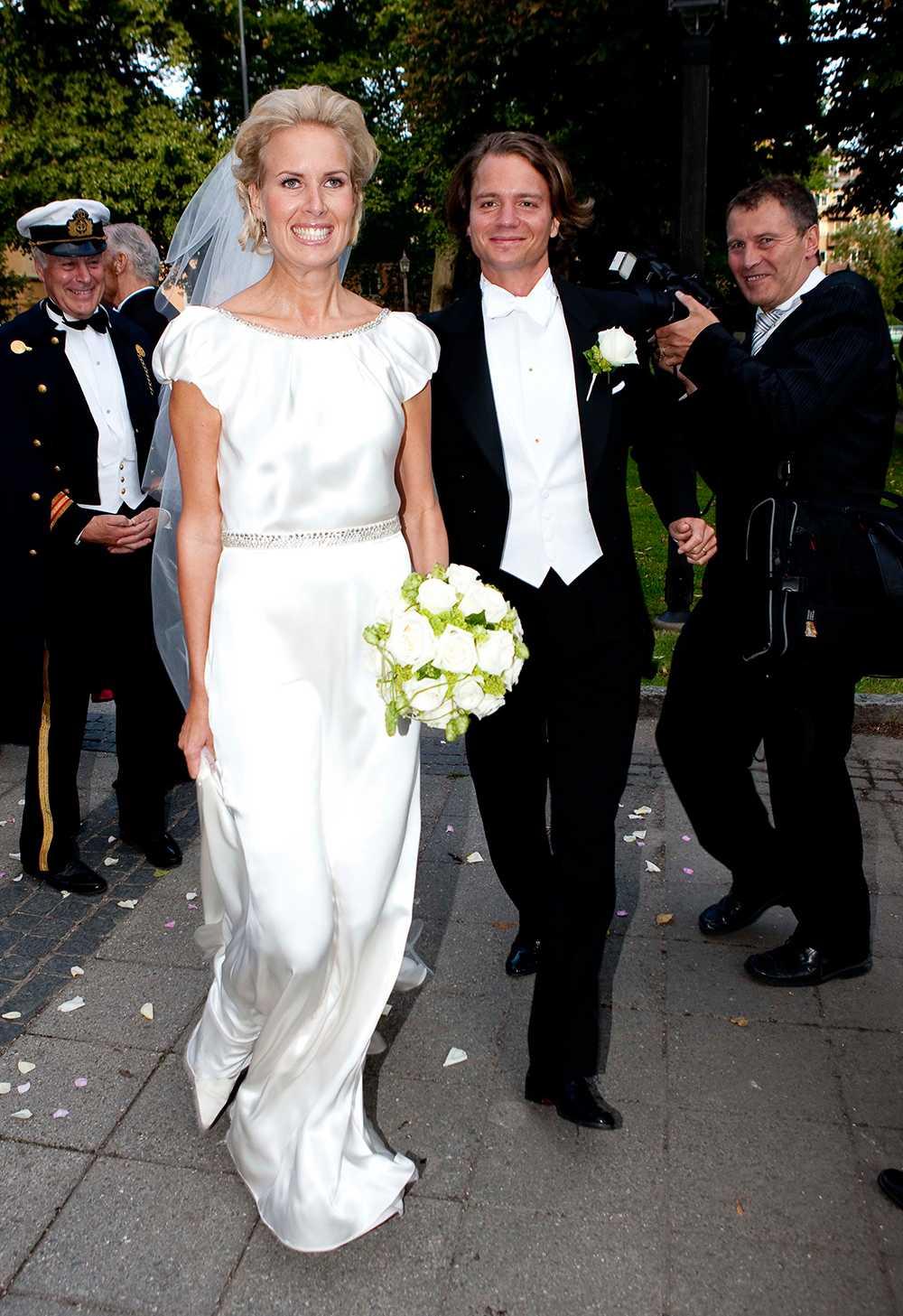 Ellen Stendahl bar en sidenklänning med djup ryggringning och rosett i svanken när hon gifte sig med Jan Dinkelspiel 2009. Madeleine hade hjälpt henne att välja outfit, de var bland annat hos Oscar de la Renta i Madrid och tittade på klänningar.