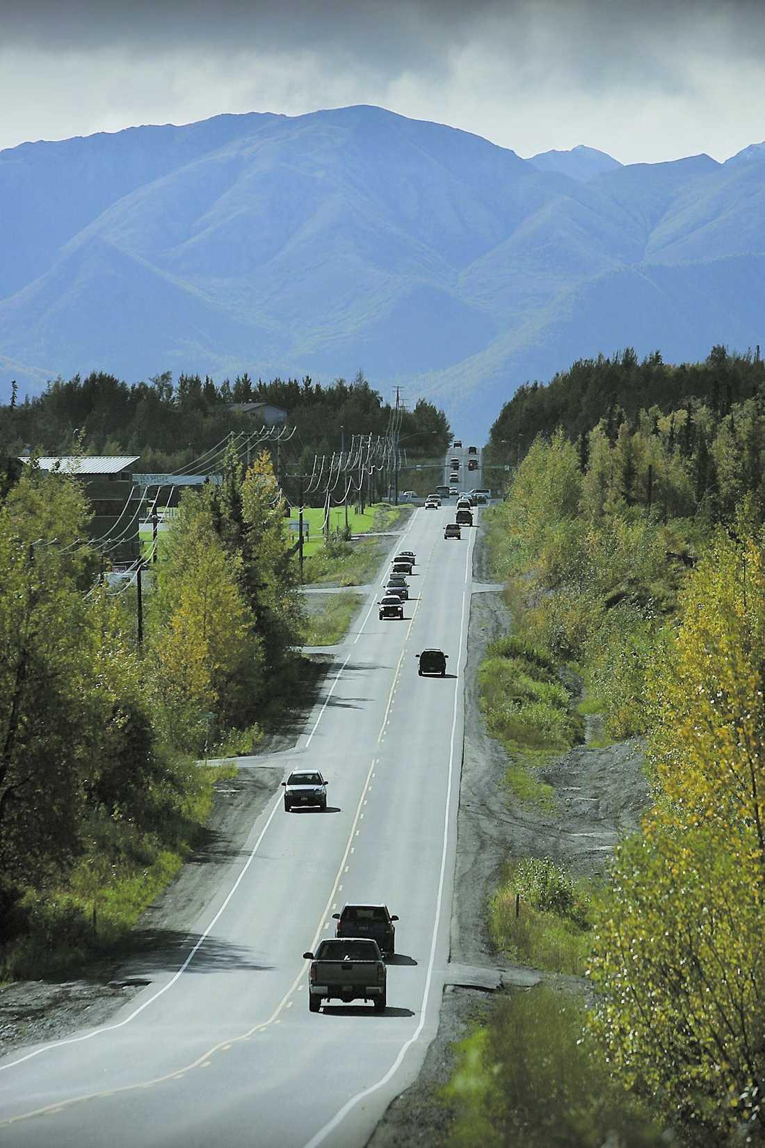 vägen hem – till palin Den lilla staden Wasilla ligger i en vacker och prunknade dal mellan dramatiska berg. Familjen Palin bor i ett stort hus vid sjön.