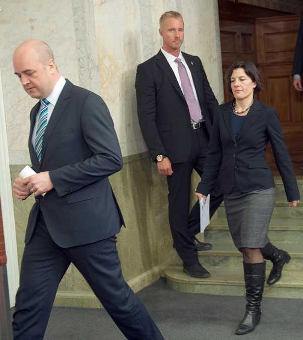 Karin Enström (M) och Fredrik Reinfeldt på pressträffen i dag.
