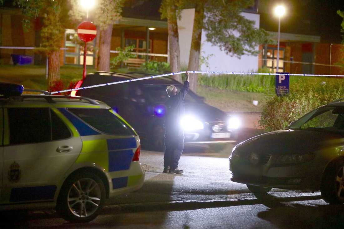 En man sköts i båda sina ben  Enköping.