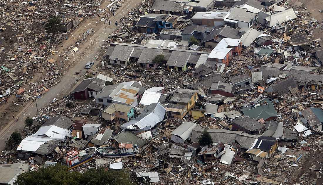 Chile, 27 februari Skalvet mätte 8,8 på richterskalan. Det kraftigaste skalvet i Chile sedan 1960. Skalvet drabbade stora delar av Chile och kändes till och med i grannländerna. Skalvet gav upphov till en tsunami som ställde till med stor materiell förstörelse. Totalt dog 521 människor. För försäkringsbolagen den mest kostsamma naturkatastrofen 2010.