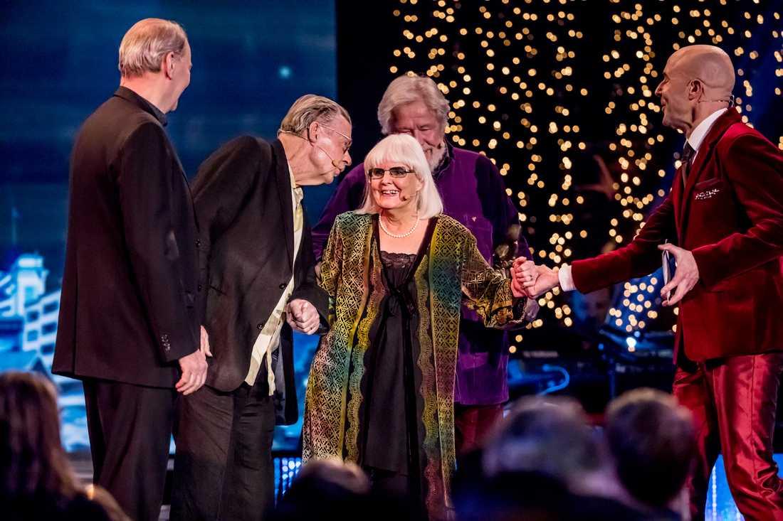 """Mark Levengood fick ge Anita en hjälpande hand när hon överraskas på scenen av sina idoler. """"Jag trodde att jag skulle svimma"""", sa hjältinnan efteråt."""