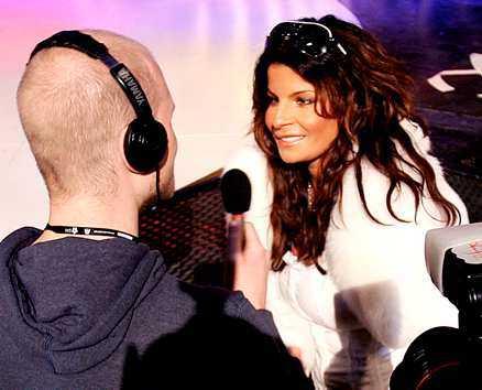 Carola ler sitt breda leende i början av intervjun med Stian Armstad från Stockholms Gayradio.