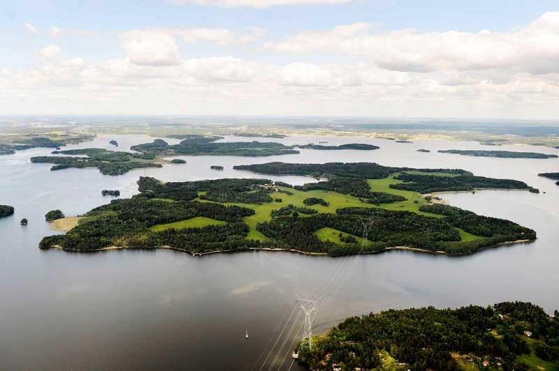 EN SKÄRGÅRDSDRÖM Dävensö är belägen mitt i Mälaren, några mil norr om Stockholm. Den 1 juli tar fotbollsstjärnan över sommaridyllen med grönska, klippstränder och jaktmarker.