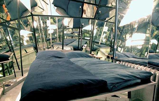 """PROPELLER ISLAND """"Som att bo i ett konstverk"""" heter det om hotellet som ligger i centrala Berlin, nära Kurfürstendamm. Tyske konstnären Lars Stroschen har designat de 30 helt galna rummen i olika stilar. Här finns rum med """"flygande sängar"""" och rum som är upp-och-ner! Prisläge: 70-190 euro/natt/person. www.propeller-island.de"""