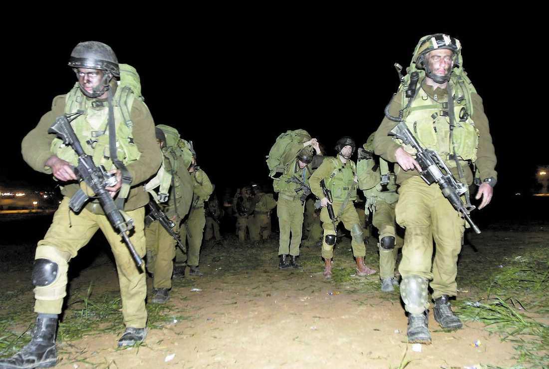 TRUPPERNA rycker fram När mörkret föll inleddes den israeliska offensiven. Enligt rapporter gick marktrupperna in nära gränsövergång