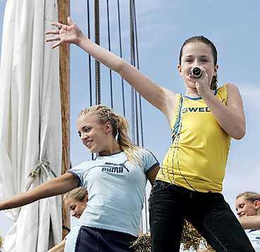Amy sjunger officiella VM-låten på friidrottarnas träningsläger på Åland.