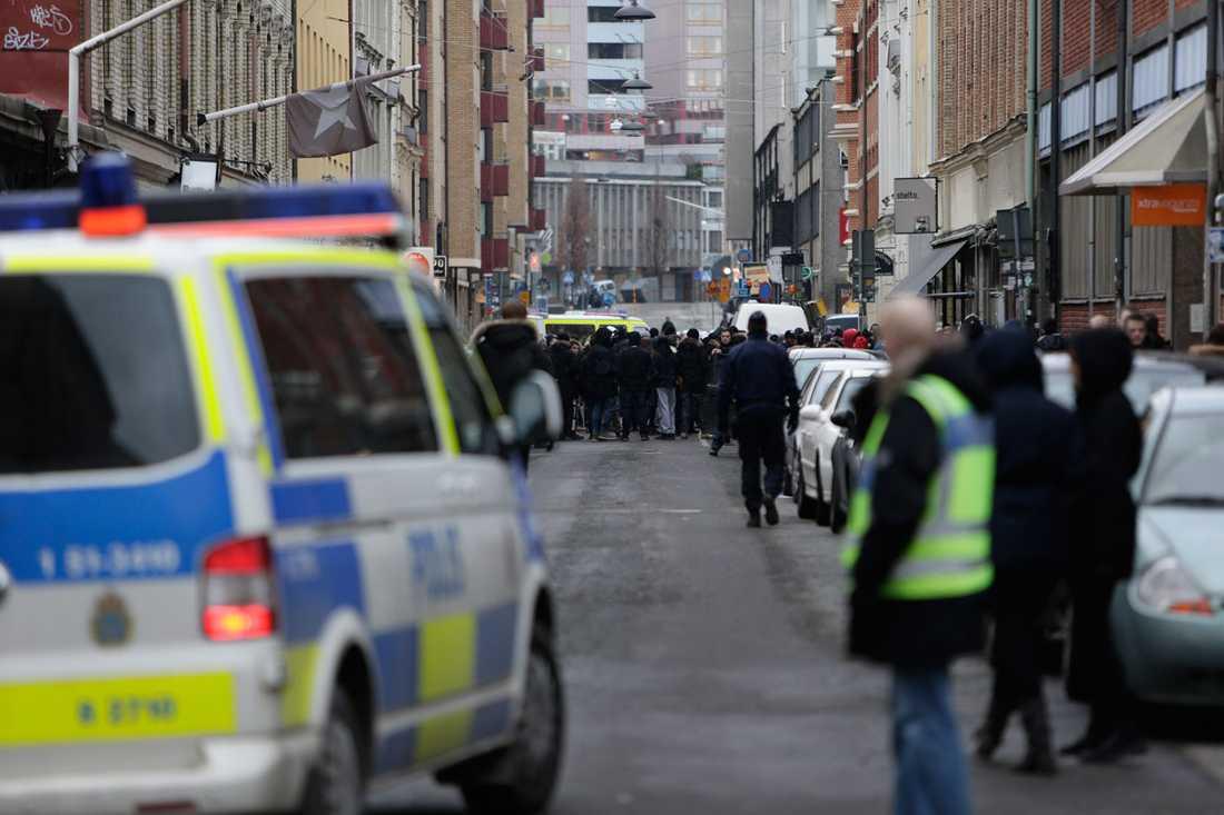 Polis och ungdomar i närheten av Järntorget.