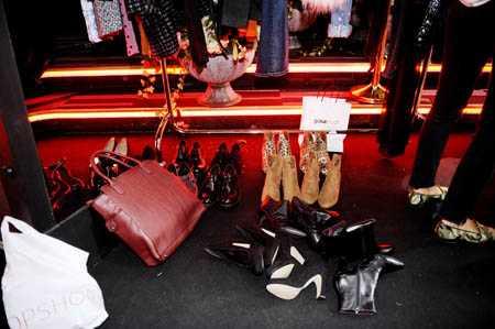 Backstage står skorna från Vagabond på rad.