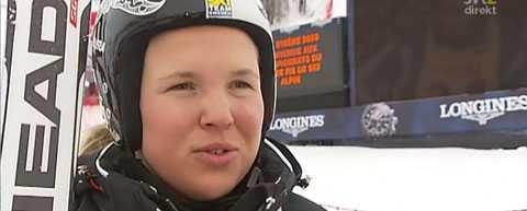 Anja Pärson intervjuas av SVT innan starten av dagens superkomb.