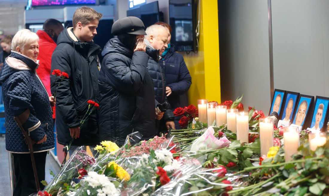Nedskjutningen i Iran väcker känslor i många länder. Bild från en minnesplats vid Kievs flygplats Borispil i förra veckan.