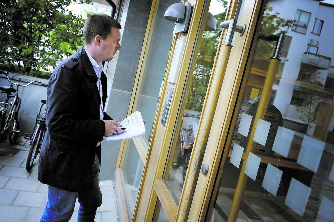 Aftonbladets reporter Mattias Carlsson försöker få kontakt med en av personerna bakom ett sms-företag på en exklusiv adress i Stockholm.