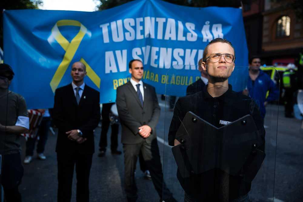 NICLAS HAMMARSTRÖM Svenskarnas parti demonstrerar i Stockholm. Mängder av poliser och egna livvakter skyddade partiledaren Stefan Jacobsson.