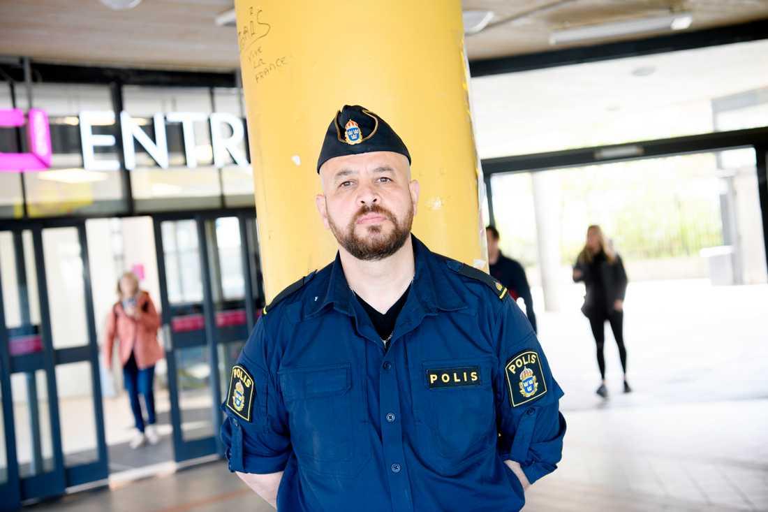 Fler barn och unga kommer att röra sig i riskmiljöer i sommar, samtidigt som insynen från vuxenvärlden minskar, befarar Botkyrkapolisen Martin Lazar.