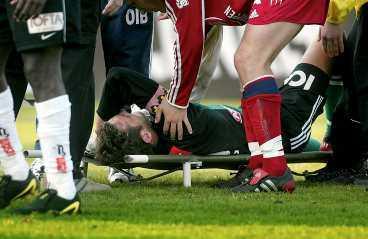 Rejäl smäll Andreas Isakssons kollision med Jone-Kuse Asare slutade med en hjärnskakning.  Jag svimmade nog av ett tag , säger landslagsmålvakten.