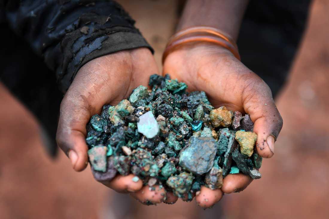 Mineralen kobolt är helt nödvändig i de litiumjonbatterier som ingår i bland annat smartphones, surfplattor som elbilar.