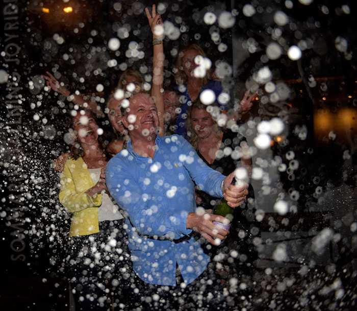 Kung av Tylösand Robert Bergh firade rejält i natt efter supersuccén i Sprintermästaren.