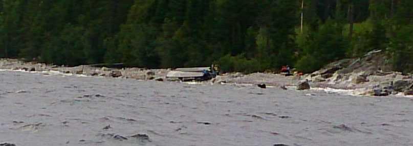 Båten på strandkanten under söndagseftermiddagen.