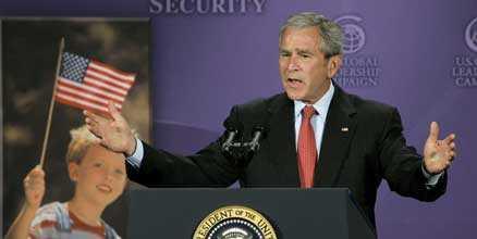- Så mycket ska vi minska utsläppen. George W Bush gjorde utspelet om klimatfrågorna i samband med ett tal i Washington. Han vill att de länder som släpper ut mest koldioxid ska besluta om en plan att minska utsläppen senast om ett år.