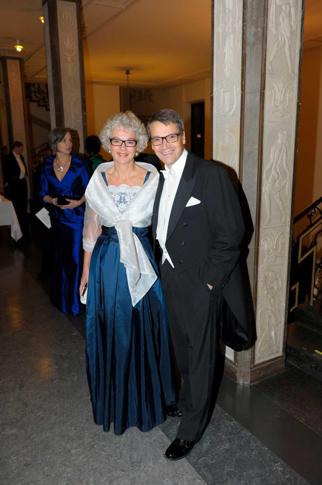 Karin Hägglund satsar på vad som verkar bli Nobels stora färg 2011 - midnattsblått. Det är lite synd att man inte helt ser hur klänningen ser ut därunder - men spetsen ser väldigt vacker ut!