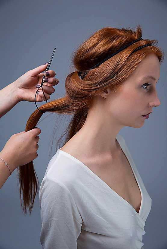 2. Dela upp håret baktill i ett antal lika tjocka slingor, fyra till fem beroende på hårets tjocklek. Ta en slinga längst ut på sidan och dra den genom lassots ögla.