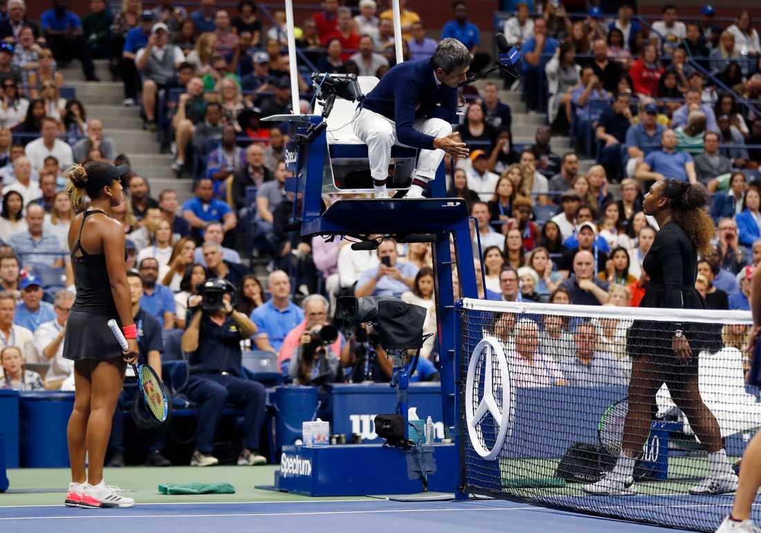 Serena Williams, höger, pratar med huvuddomaren Carlos Ramos i US Open-finalen 2018 och Naomi Osaka, vänster, tittar på. Arkivbild.