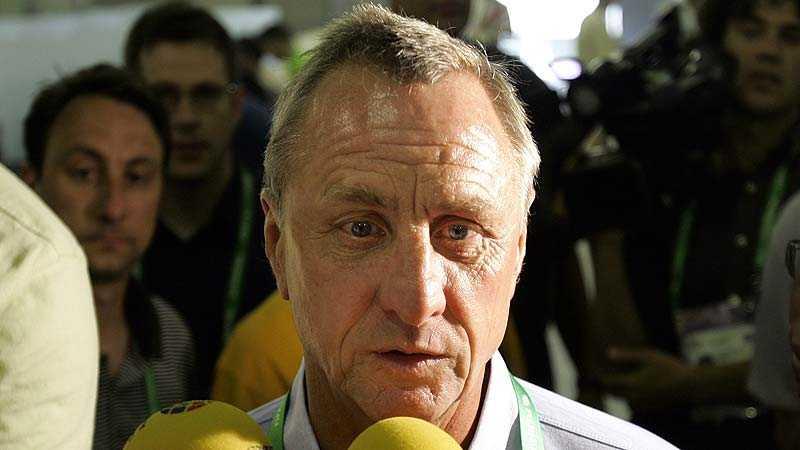 Kritisk Barcelonas legendar Johan Cruyff riktar en känga mot ledningen.