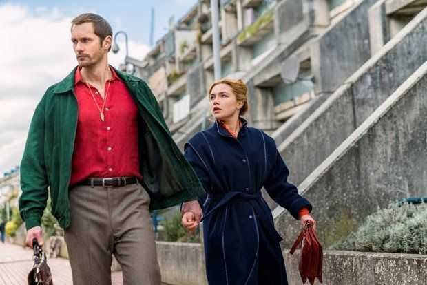 "Alexander Skarsgård och Florence Pugh i ""The little drummer girl""."