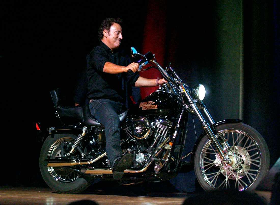 Bruce Springsteen är känd för sitt stora intresse för motorcyklar. 2008 auktionerade han ut sin Harley-Davidson från 1994 till välgörenhet.