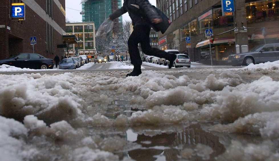 Smältande snö kan orsaka problem i samhället.