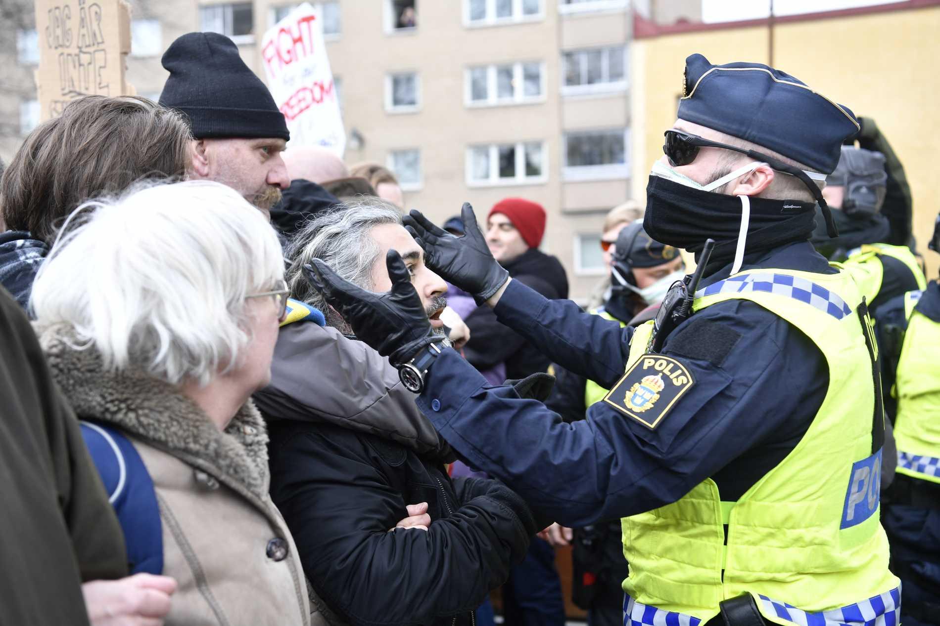 Sex poliser skadade vid coronademonstration