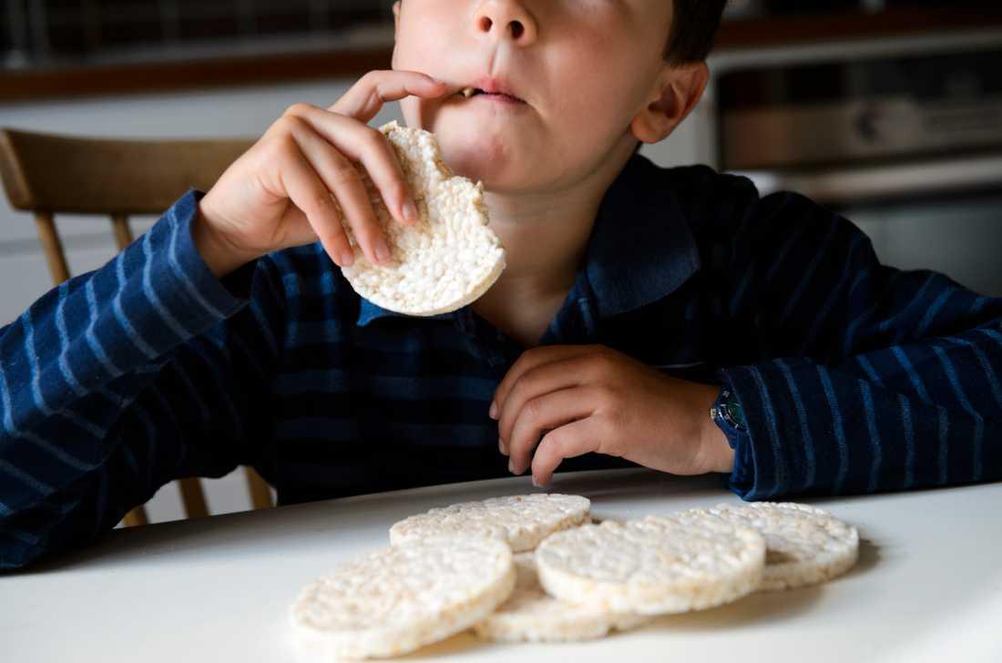 Barn under sex år bör inte äta riskakor, enligt Livsmedelsverket.