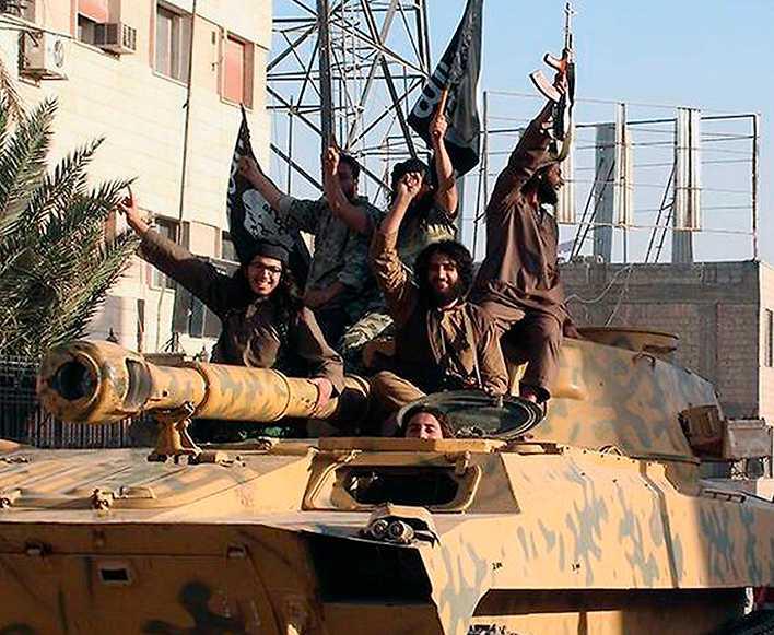 Krigare från islamiska staten jublar i terrorgruppens fäste Raqqa i Syrien.