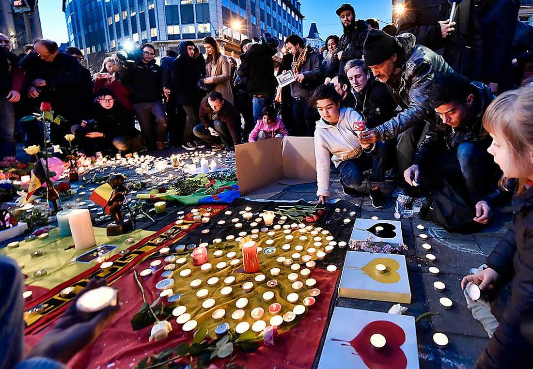 LAND I SORG Brysselbor tänder ljus efter attackerna.
