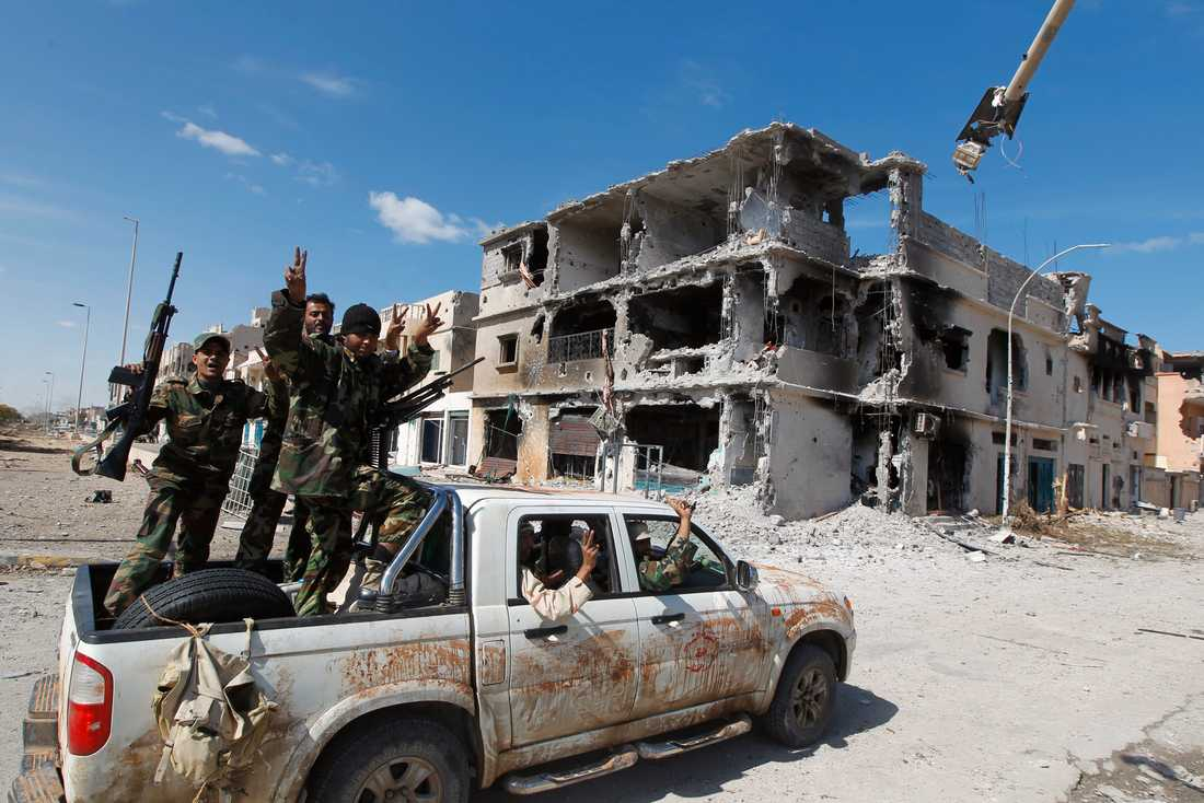 Glädjescener när anti-Gaddafistyrkor intog Sirte, Gaddafis hemstad.